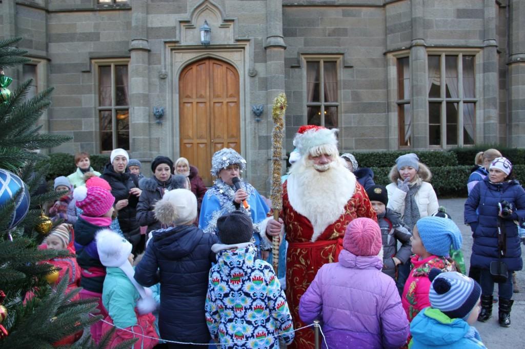 Дед Мороз и Снегурочка на ёлке в Воронцовском дворце