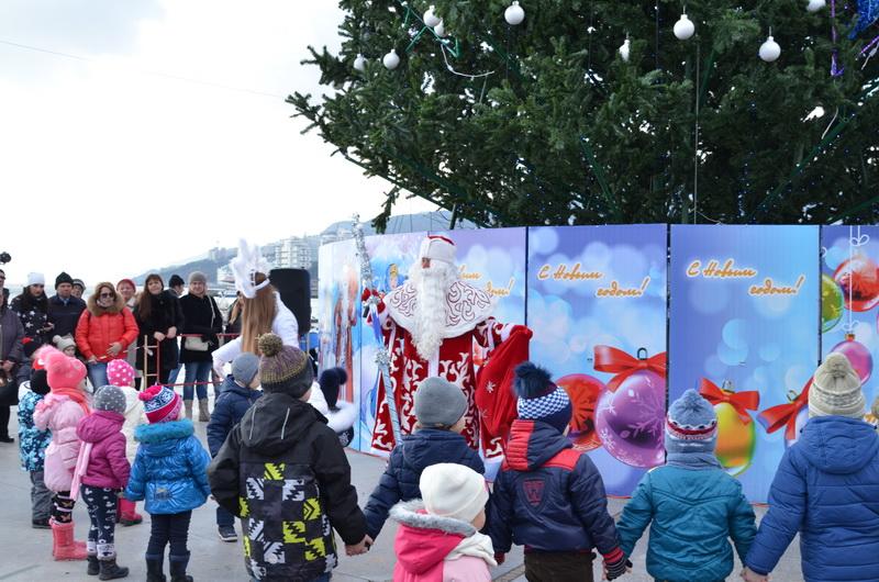В Ялте открыли главную ёлку города 2016 года 2