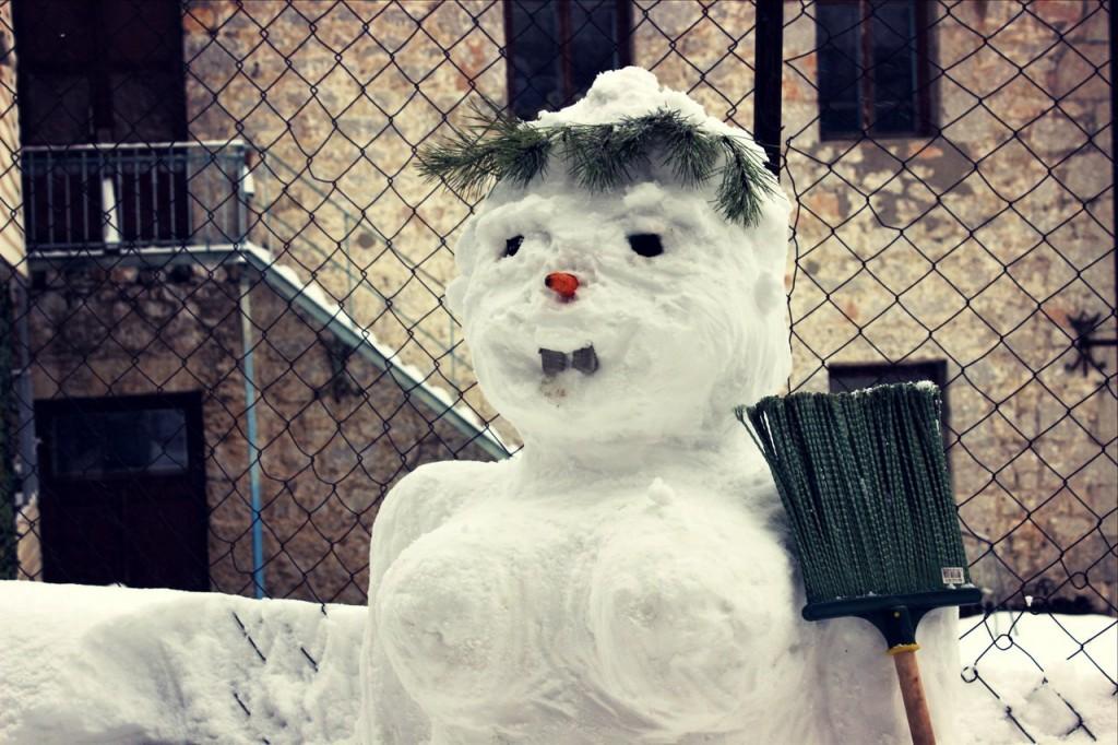 Снежная баба во дворе в Алупке 2