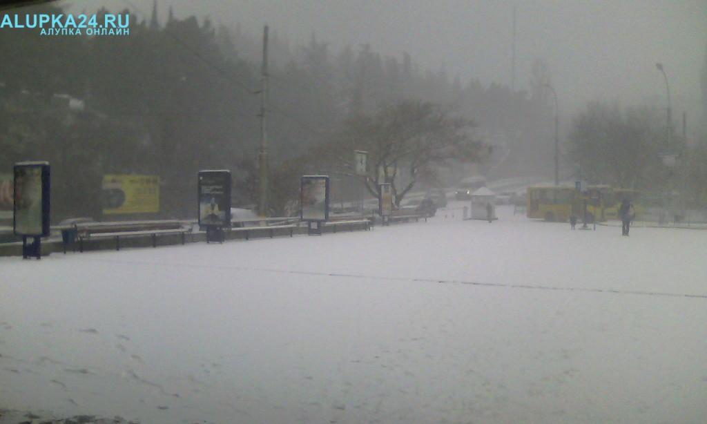 Ялтинский автовокзал в снегу 2