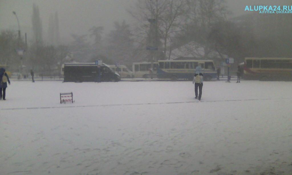 Ялтинский автовокзал в снегу