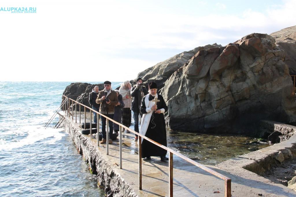 Батюшка освятил морскую воду на Крещение в 2017 году