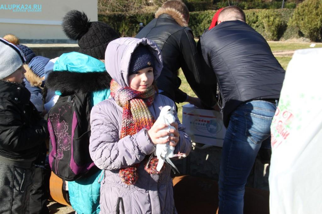 Девочка с белым голубем на Крещение
