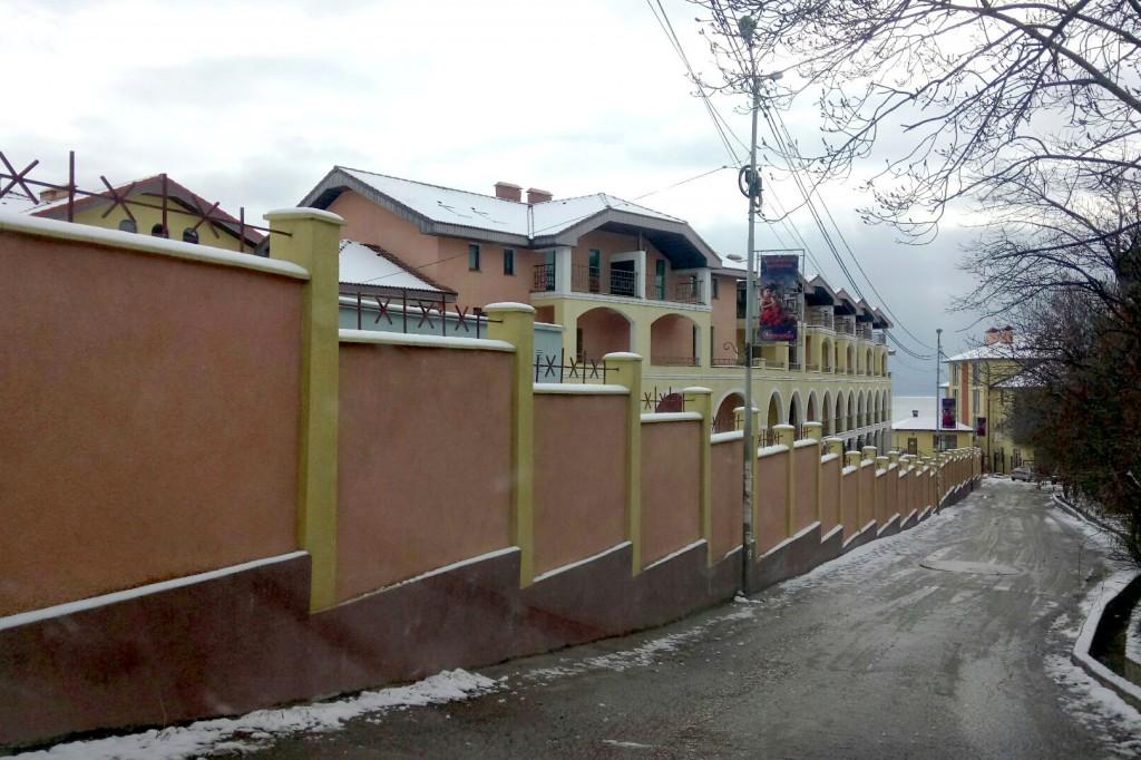 Госкомрегистр хочет провести земельную проверку «Испанской деревни» в Алупке – суд против