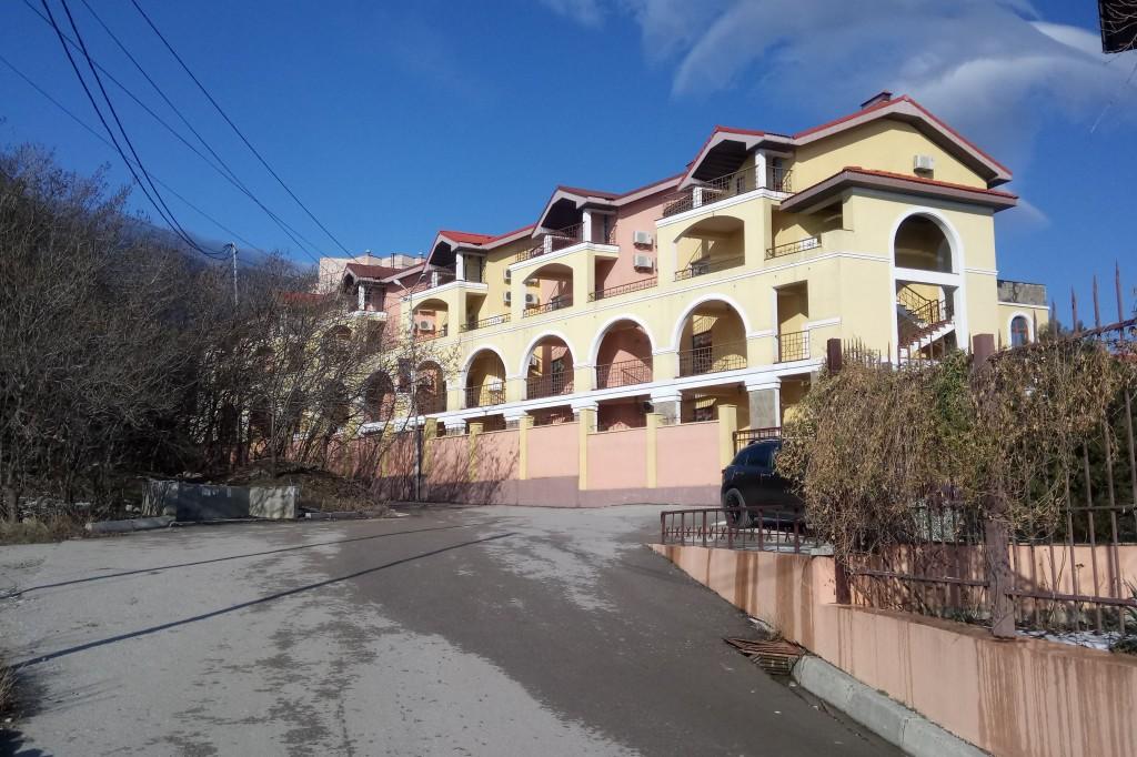 Госкомрегистр хочет провести земельную проверку «Испанской деревни» в Алупке – суд против 5