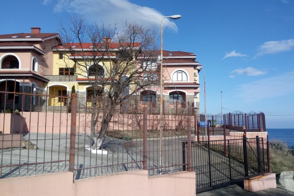 Госкомрегистр хочет провести земельную проверку «Испанской деревни» в Алупке – суд против 2