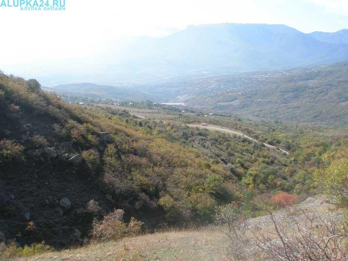 Куда поехать на прогулку из Алупки: Долина приведений