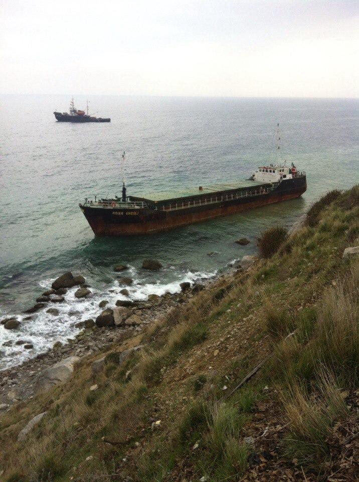 У берегов Алупки сел на мель турецкий сухогруз «River Eregly» 4