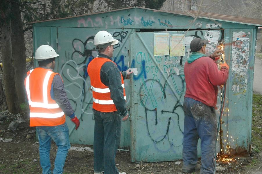 В Ялте демонтируют самовольно установленные гаражи (1)