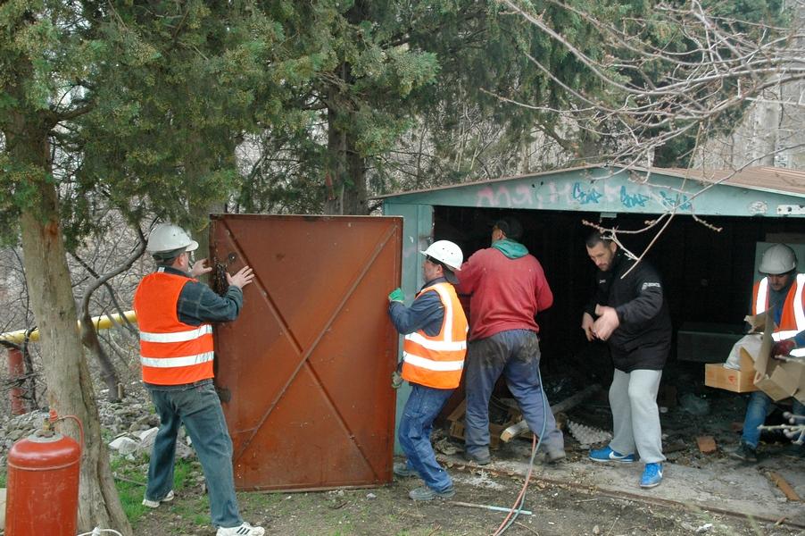 В Ялте демонтируют самовольно установленные гаражи