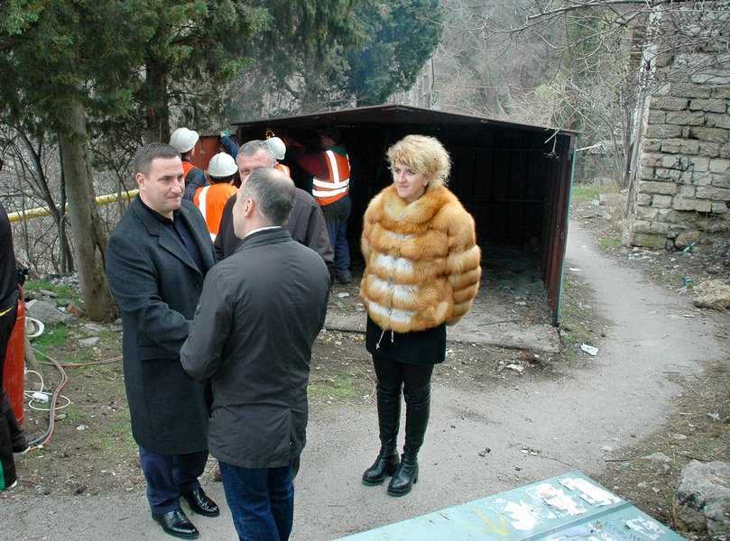 В Ялте демонтируют самовольно установленные гаражи (3)