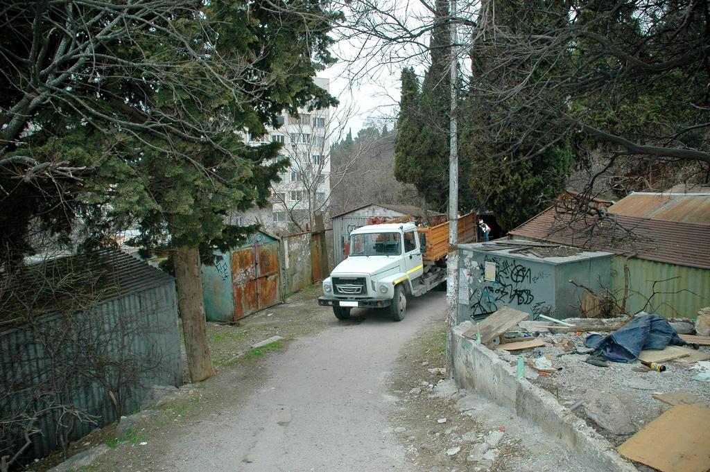 В Ялте демонтируют самовольно установленные гаражи (5)