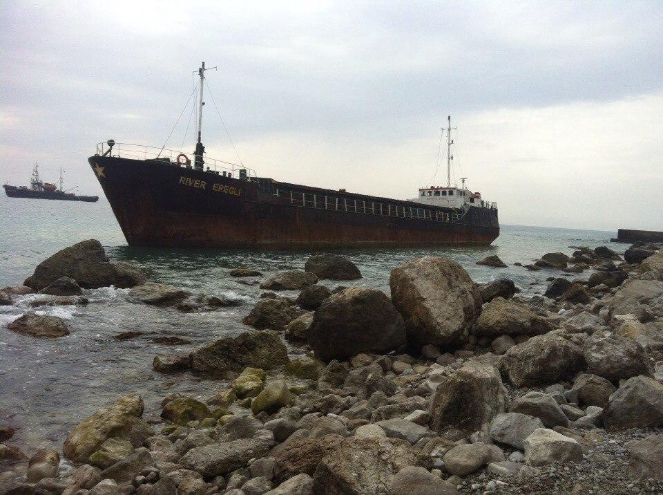 У берегов Алупки сел на мель турецкий сухогруз «River Eregly» 2