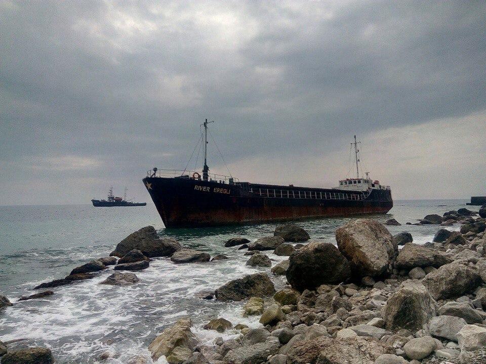 У берегов Алупки сел на мель турецкий сухогруз «River Eregly»