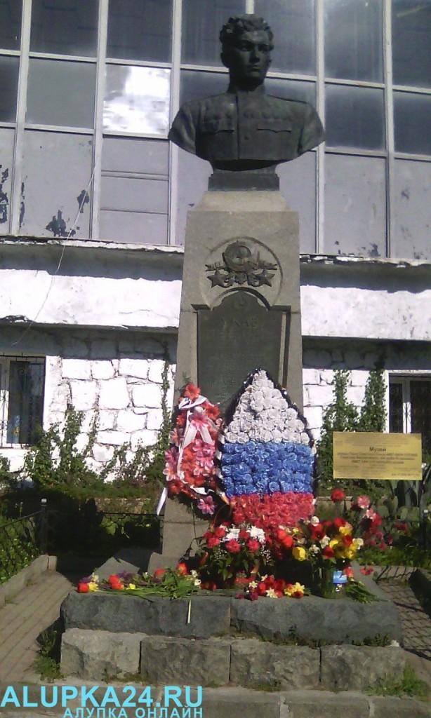 В Алупке в День освобождения города возложили цветы к бюсту Амет-Хана Султана