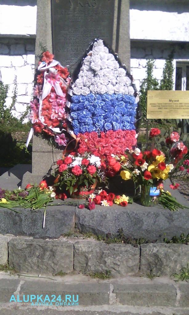 В Алупке в День освобождения города возложили цветы к бюсту Амет-Хана Султана 2