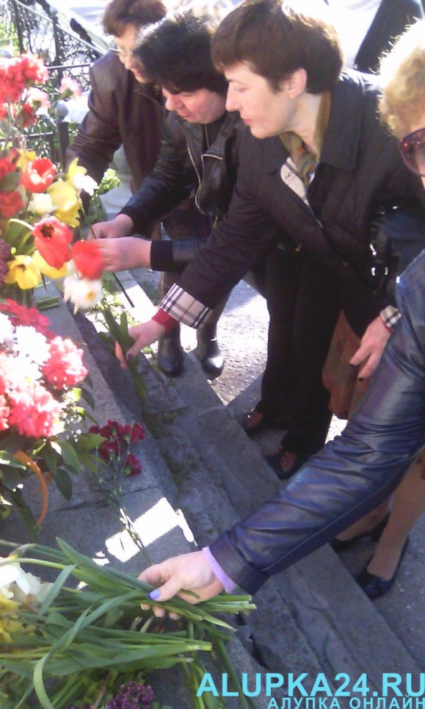В Алупке в День освобождения города возложили цветы к бюсту Амет-Хана Султана 3