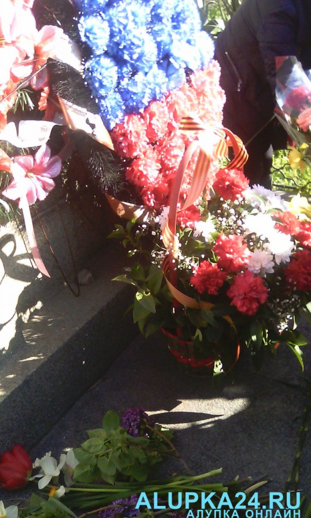 В Алупке в День освобождения города возложили цветы к бюсту Амет-Хана Султана  4