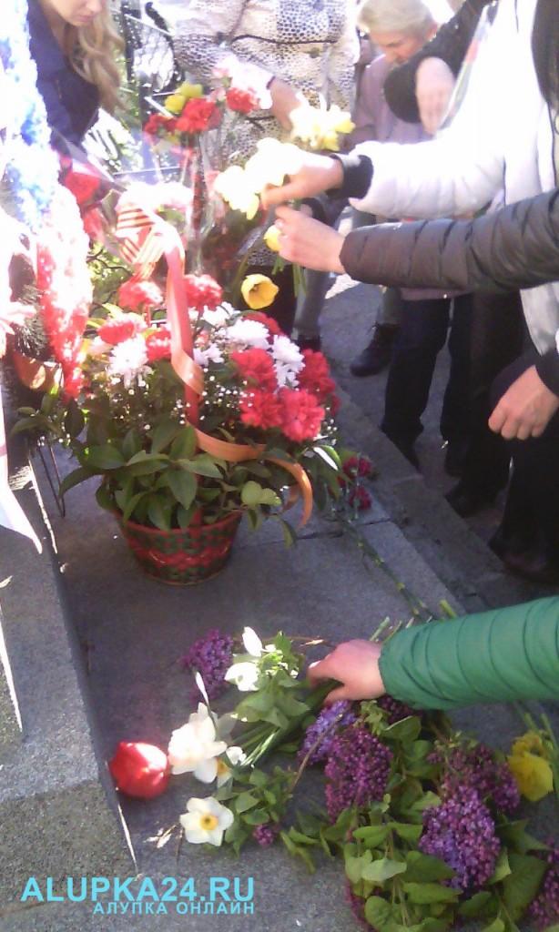 В Алупке в День освобождения города возложили цветы к бюсту Амет-Хана Султана 6