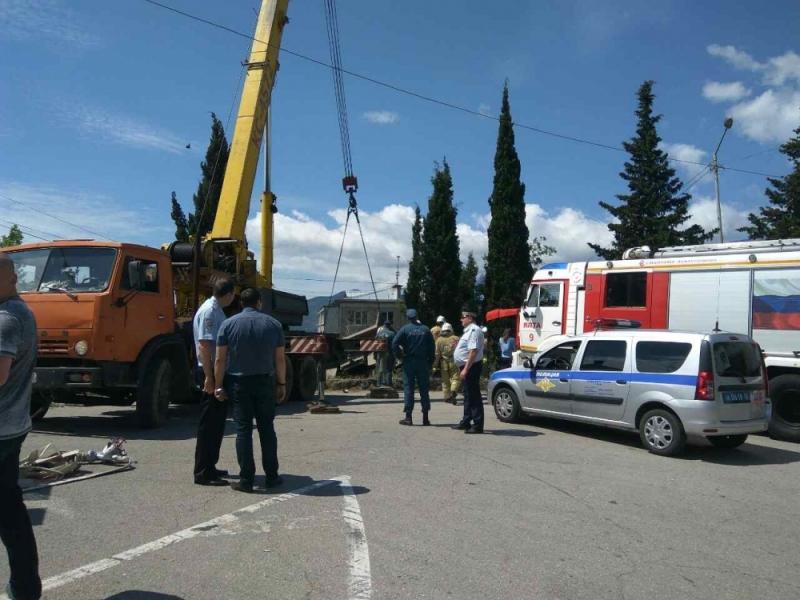 ДТП в Массандре: КАМАЗ насмерть сбил женщину с ребёнком 2