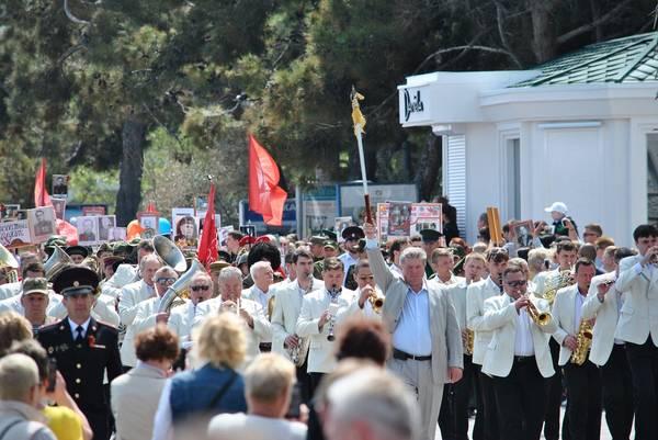 Бессмертный полк в Ялте собрал более 15 тысяч человек 3