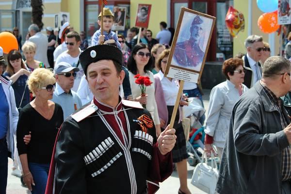 Бессмертный полк в Ялте собрал более 15 тысяч человек 9