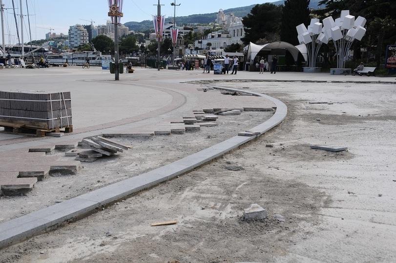 В Ялте на месте снесённого комплекса выложат гранитную плитку 3