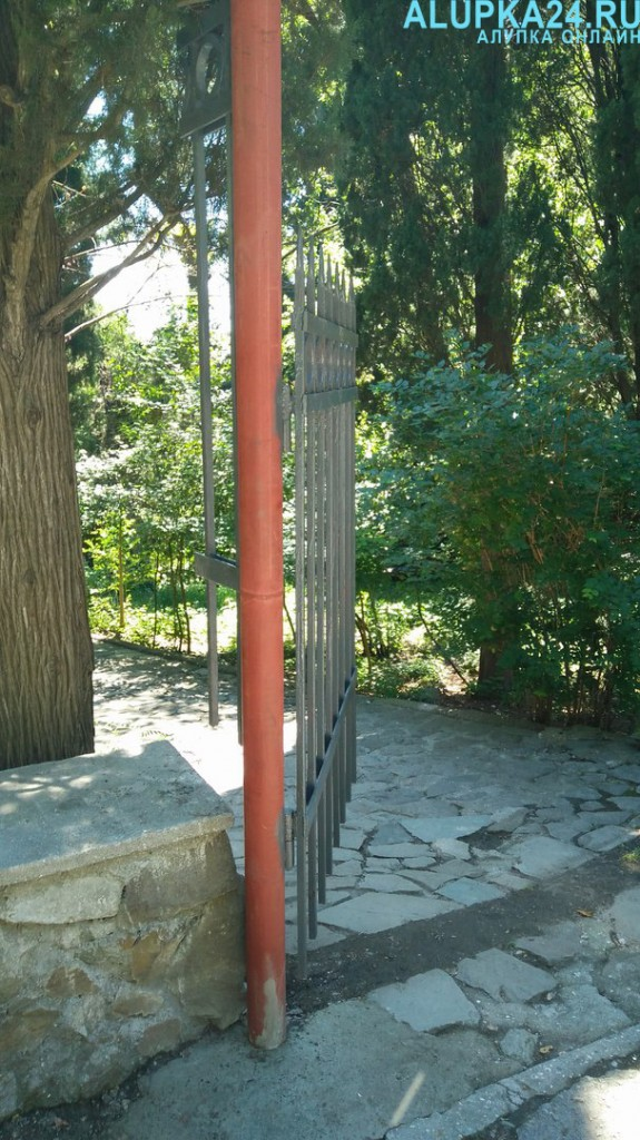 Забор в Воронцовском парке