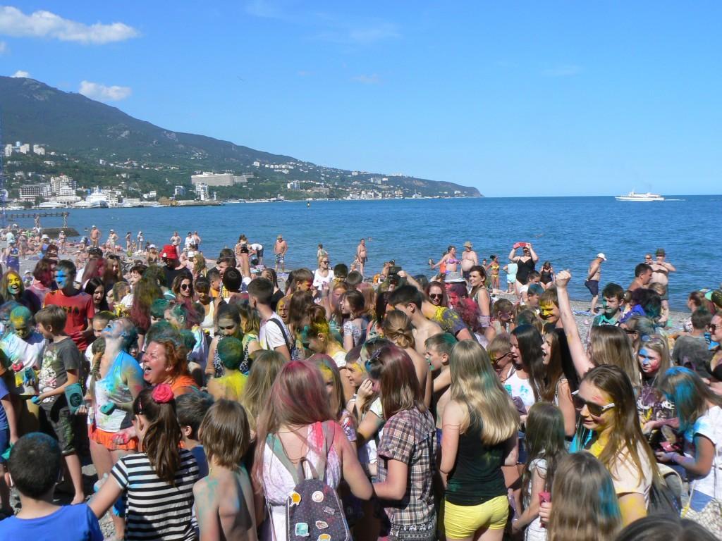 В Ялте провели яркий фестиваль красок на Приморском пляже 7