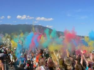 В Ялте провели яркий фестиваль красок на Приморском пляже
