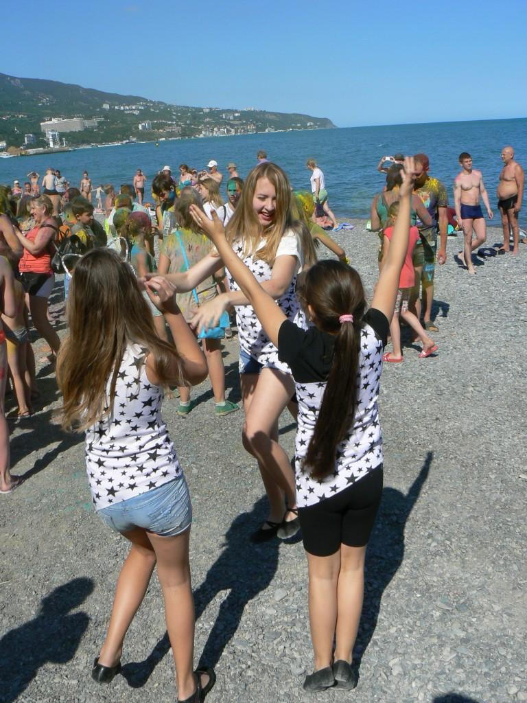 В Ялте провели яркий фестиваль красок на Приморском пляже 9