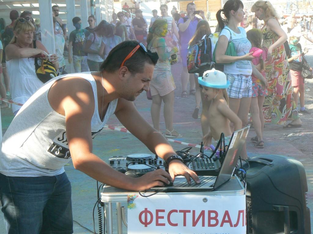 В Ялте провели яркий фестиваль красок на Приморском пляже 4