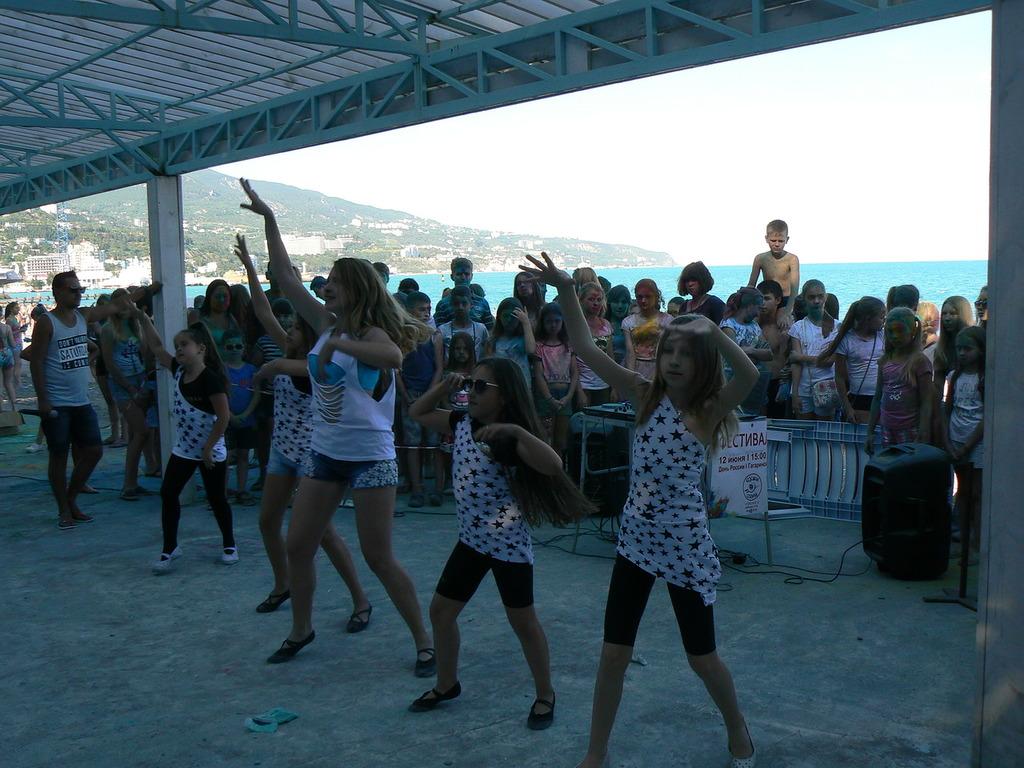 В Ялте провели яркий фестиваль красок на Приморском пляже 3