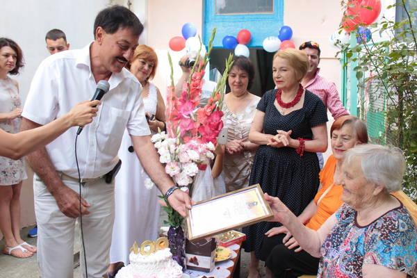 В Алупке со 100-летним юбилеем поздравили Веру Кравцову