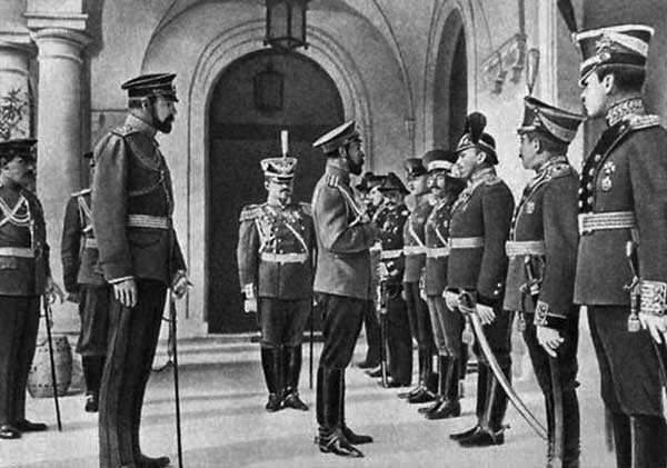 Николай II в Ливадии принимает первых выпускников Севастопольской авиашколы. Источник фото: podgorski.com