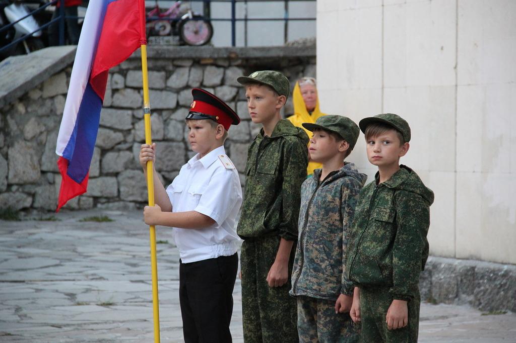 В Алупке отметили День флага России 10