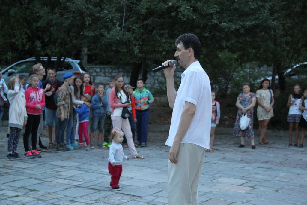 В Алупке отметили День флага России 3