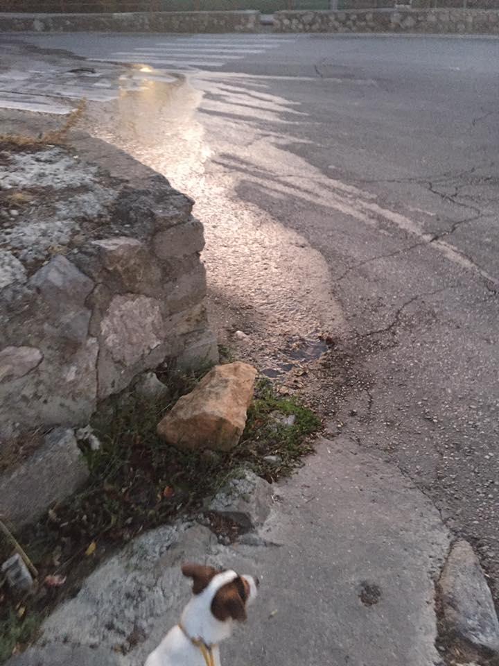 В Мисхоре проезжую часть и пешеходный переход заливает канализация 3