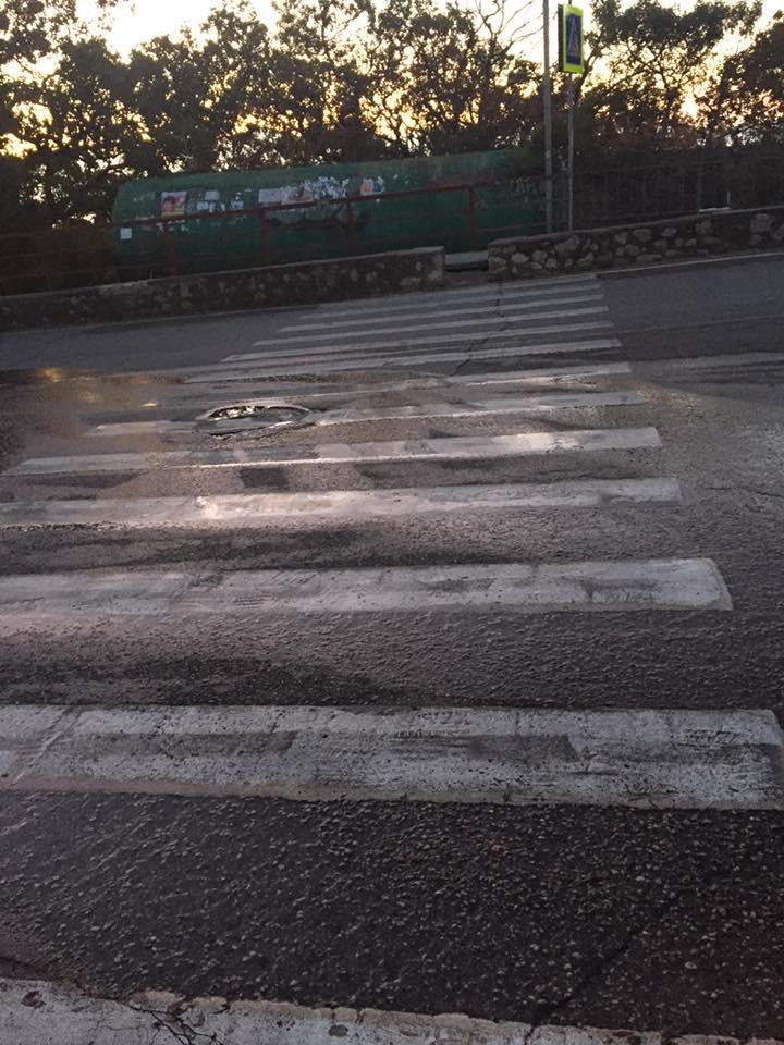 В Мисхоре проезжую часть и пешеходный переход заливает канализация 4