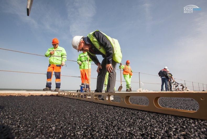 На Крымском мосту выложили первый участок асфальтового покрытия 3