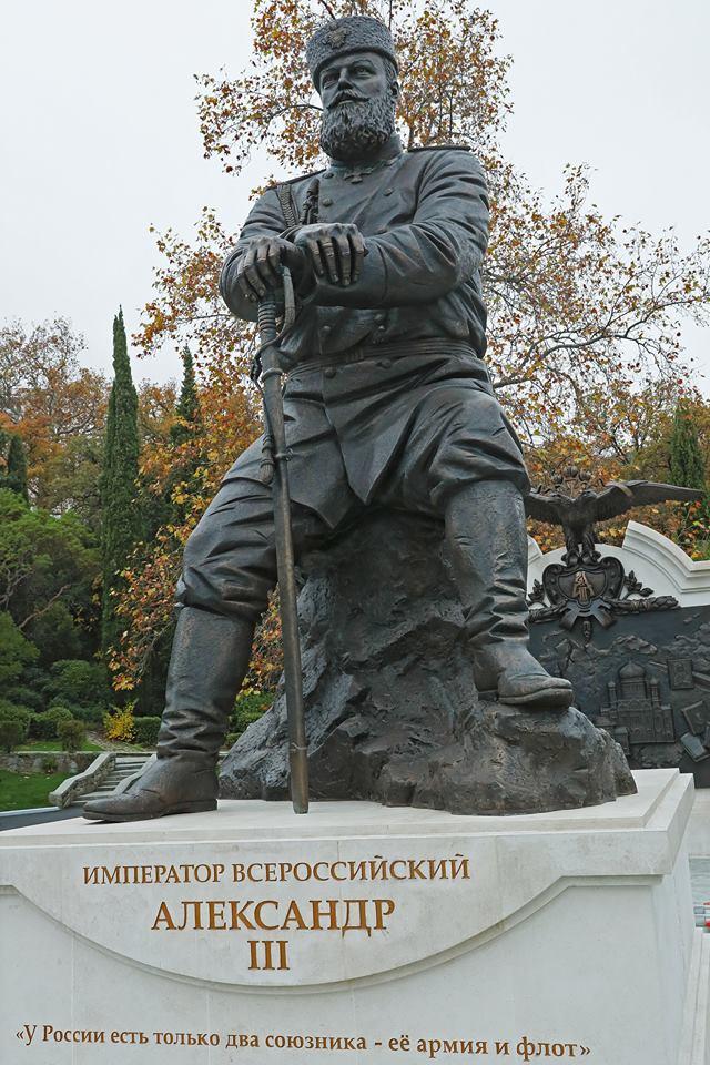 В Ливадии открыли памятник Александру III 5