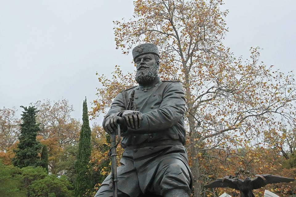 В Ливадии открыли памятник Александру III 6