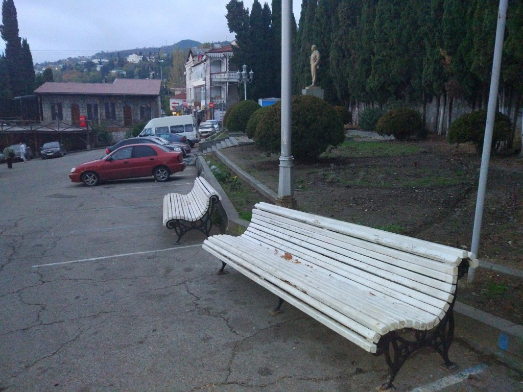 В центре Алупки установили скамьи и клумбы 2