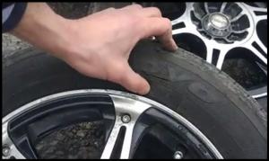 В Алупке неизвестные снова порезали ножом колеса машины