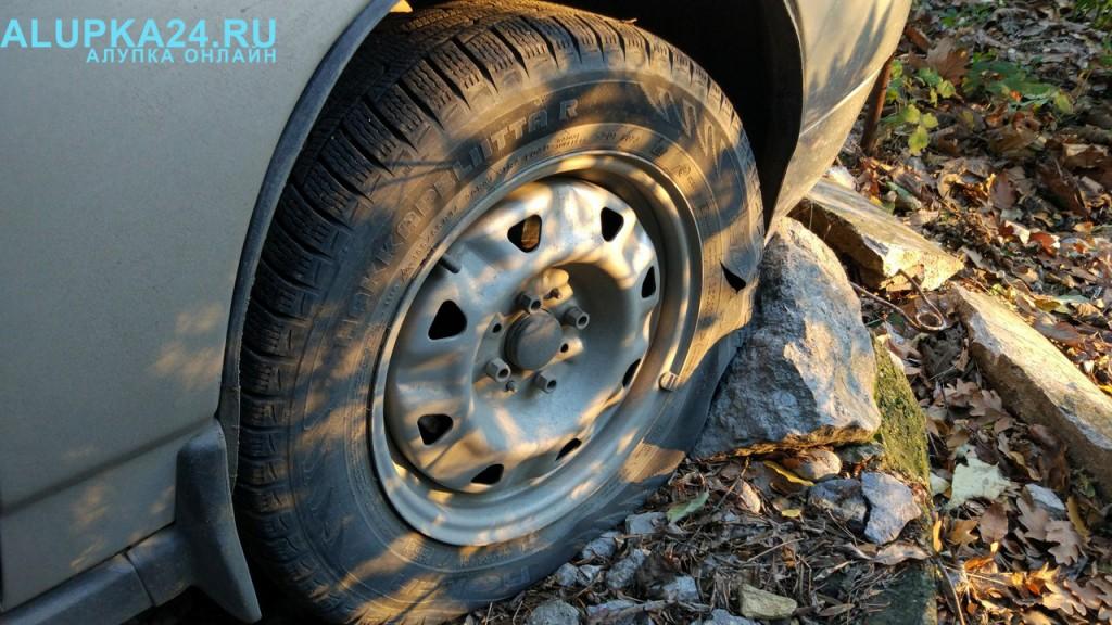 В Алупке снова объявился злоумышленник: испорчены много машин 7