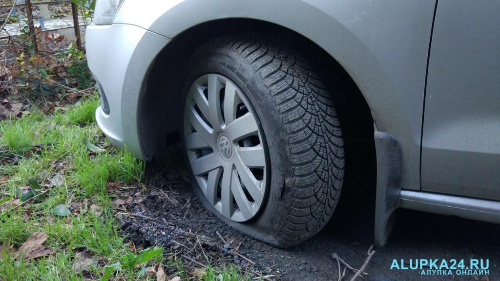 В Алупке снова объявился злоумышленник: испорчены много машин 6