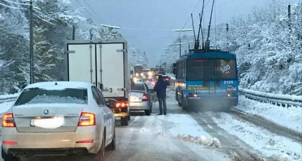 На Ангарском перевале из-за снега и гололёда затруднено движение