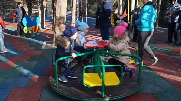 В Гурзуфе открыли современную детскую и спортивную площадку 4