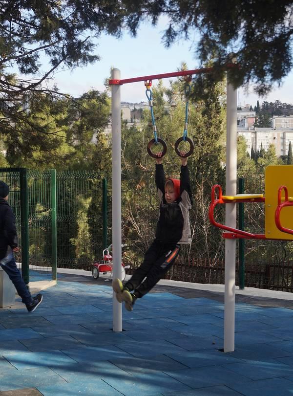 В Гурзуфе открыли современную детскую и спортивную площадку 6