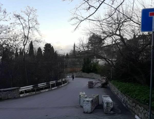 В Гурзуфе из-за обвала дороги перекрыли движение